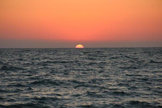 Mahafaly Lodge: coucher de soleil sur la plage