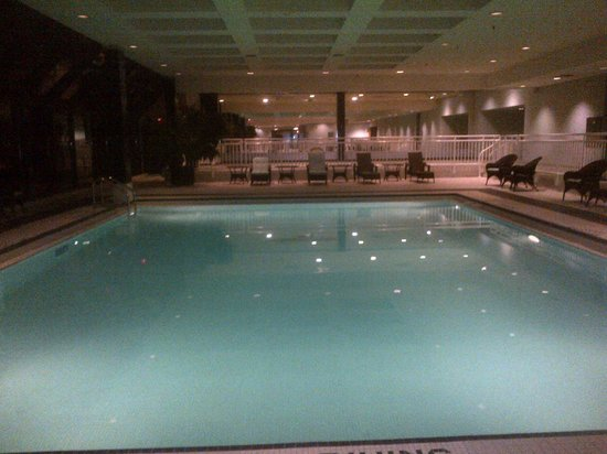 DoubleTree by Hilton Hotel London Ontario: Pool windows everywhere!