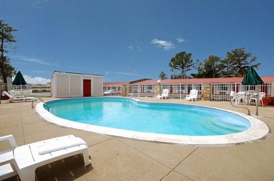 Econo Lodge : Outdoor pool