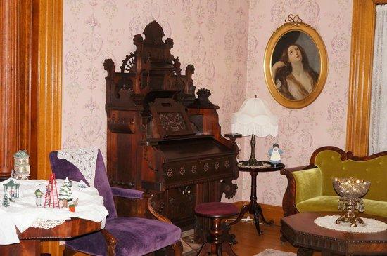 Cornerstone Victorian Bed & Breakfast : Parlor