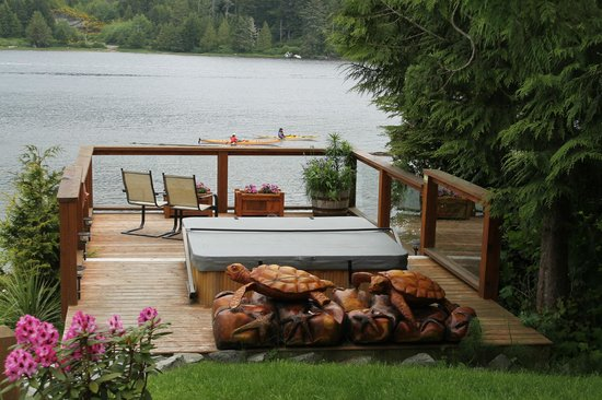 Majestic Ocean Bed and Breakfast: waterfront hottub