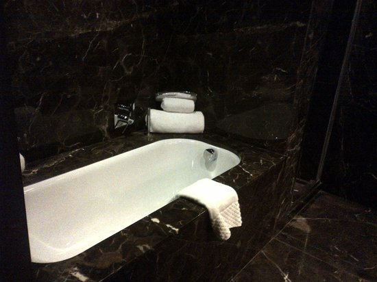 Blythswood Square: Huge marble bathroom