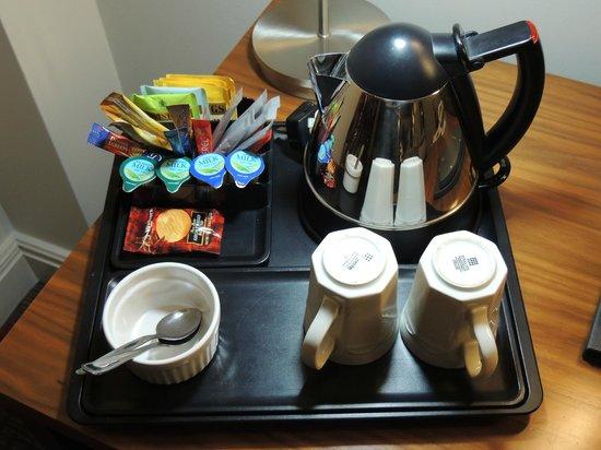 Hilton Dartford Bridge: Service thé- céfé dans la chambre