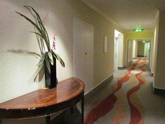 Hilton Dartford Bridge: Couloir menant aux chambres