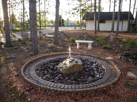 The Riverside Motel: Garden area with fountain