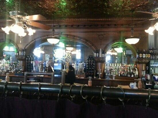 Bully's Restaurant & Pub : Bully's bar