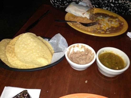 Supermex Restaurant & Cantina : sauces and round chips