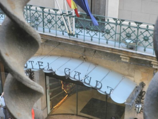Hotel Gaudi: entrée de l'hotel vu du Palais Guëll
