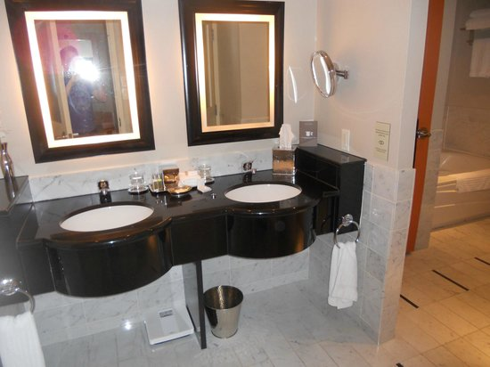 Sofitel Montreal Golden Mile: Double lavabo