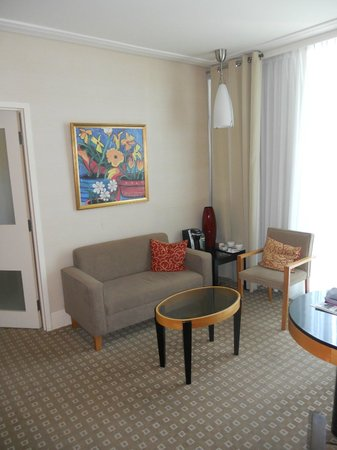 Sofitel Montreal Golden Mile: Salon de la suite