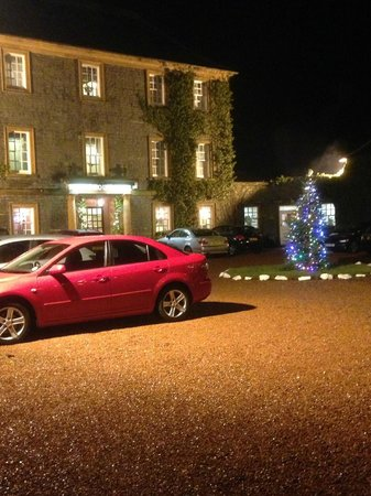 Best Western Moffat House Hotel: Front of hotel complete with Christmas tree!