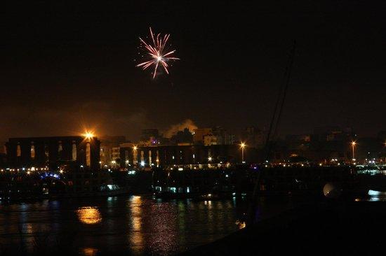 Gite Hotel Gezira: vue de la terrasse sur le temple de Louxor - feu d'artifice du 1er janvier 2013