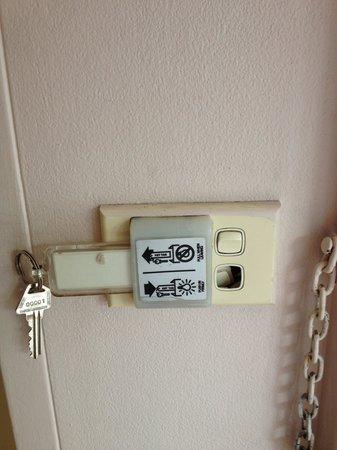 Barkley Inn : Front door switch