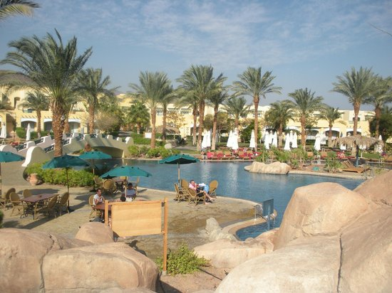 The Bayview Taba Heights Resort: View of pool and low level accommodation and grounds