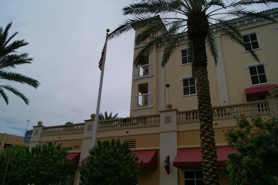 Hampton Inn and Suites St. Petersburg Downtown: The building