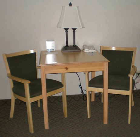 Best Western Woodburn : Table space in all guest rooms