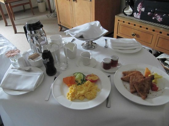 ‪كمينسكي هوتل كورفينوس بودابست: Room Service Breakfast‬