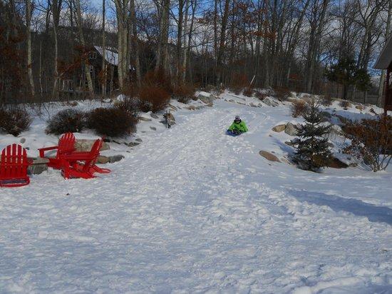 مينيواسكا لودج: sled hill on side of lodge going down toward the back of lodge 