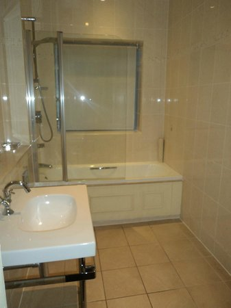 Macdonald Berystede Hotel & Spa: Bathroom of Room 340