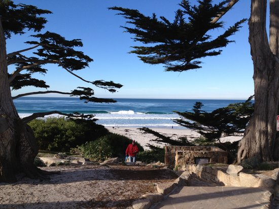 L'Auberge Carmel: Beach entrance down the street (4 blocks)