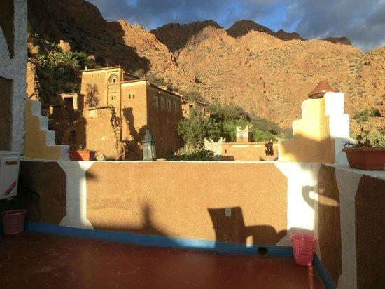 La Maison Traditionelle : Het dakterras van het hotel met de bergen op de achtergrond