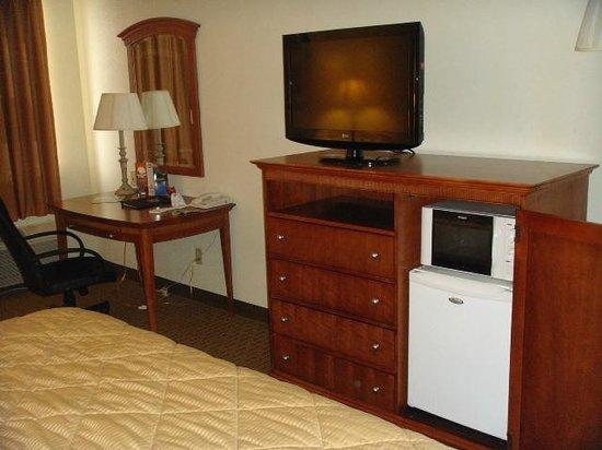 كومفورت إن موسكوجي: View of desk, fridge, microwave, and TV 
