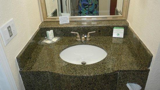 Comfort Suites Paradise Island: Sink area
