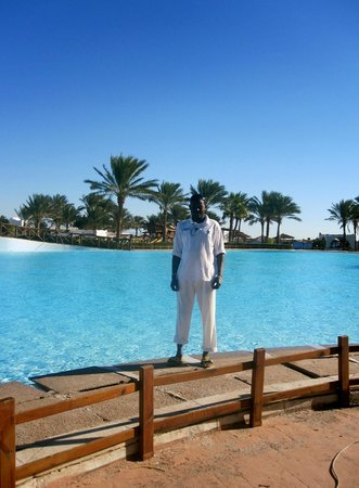 Dahab Resort: MOHAMED IS CLEANING THE POOL