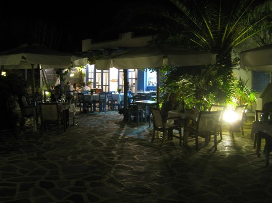 Villa Marandi Luxury Suites: Villa Marandi dining evening