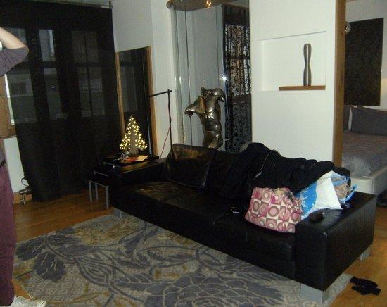 Hotel Una: Santana Living Area