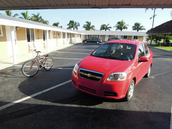 Everglades City Motel: Place de parking devant la chambre