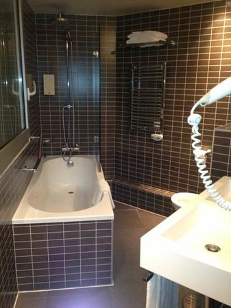 Hotel Holiday Inn Paris Gare Montparnasse: bathroom so modern & clean