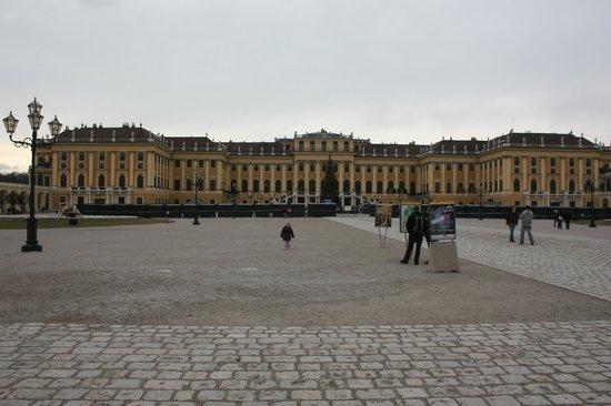 Schonbrunn  Palace: la fachada frontal, lo que se ve desde la venta de entradas