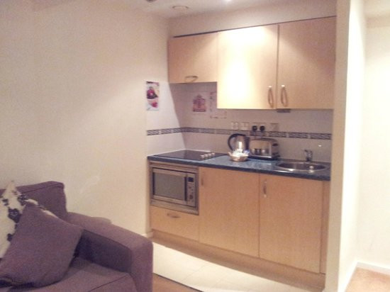 Grand Plaza Serviced Apartments: Kitchenette