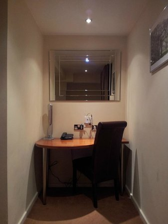 Grand Plaza Serviced Apartments: Office desk