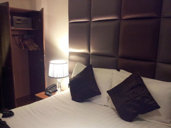 Grand Plaza Serviced Apartments: Double bed, closet, safe