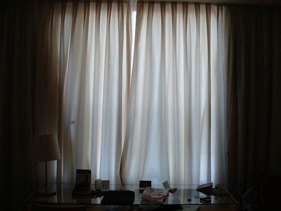 Ayre Hotel Caspe: daylight coming through both sets of drapes