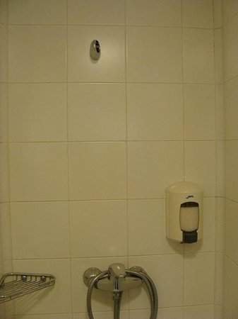 Ayre Hotel Caspe: shower in men's locker room missing shower head holder