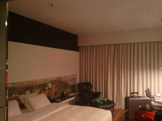 Hilton Madrid Airport: Huge bed - King size+??