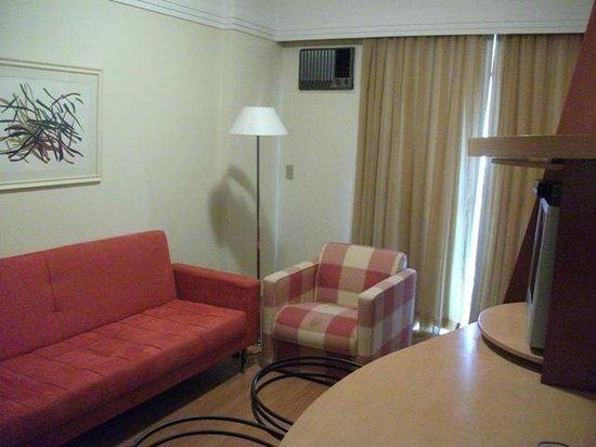 Manhattan Plaza: Sala do apartamento