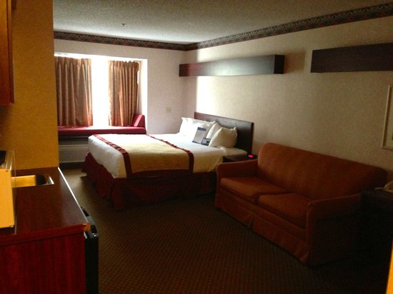 Baymont Inn & Suites Gaylord : King size Bed