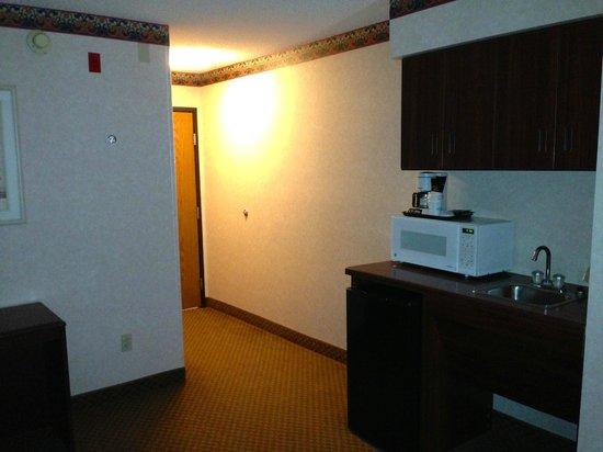 Baymont Inn & Suites Gaylord: Fridge, Microwave