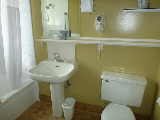 Worldmark San Francisco: One of two full size bathroom