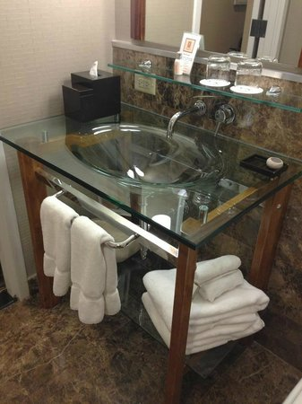 Hutton Hotel: Bathroom sink