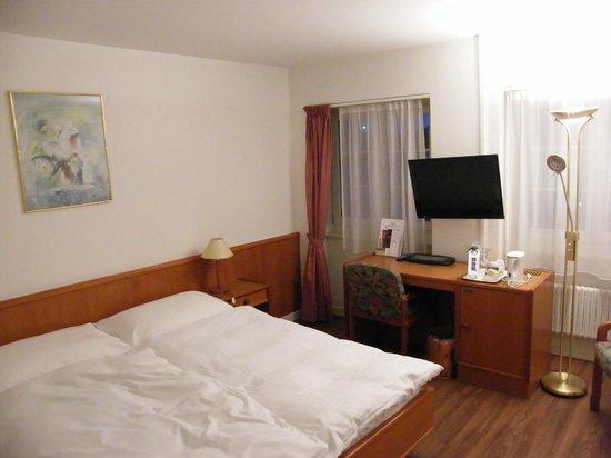 Hotel de la Rose : work area, tv and minibar