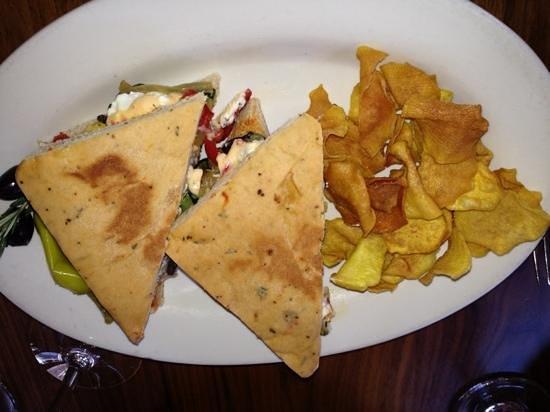 Cafe Terigo: amazing vegetable sandwich on homemade foccia and sweet potato chips!!