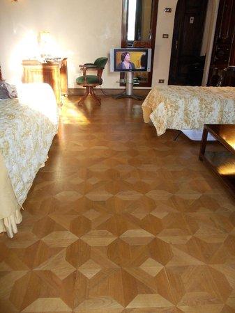 Grand Hotel Baglioni Firenze: pavimento cam. 207