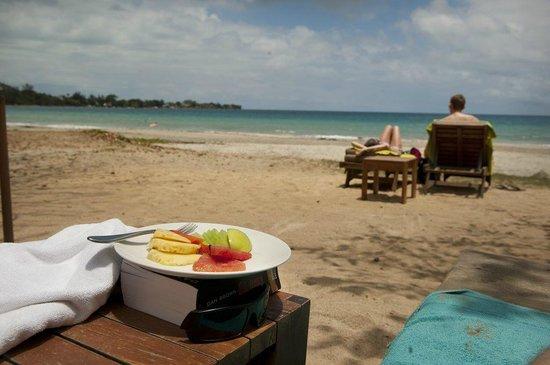 Tamarina Golf & Spa Boutique Hotel: Frisches Obst bekommt man auch an den Strand gebracht