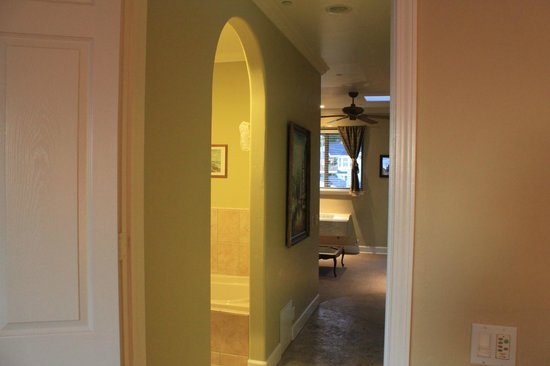 Cayucos Sunset Inn: Hallway looking back towards sitting room