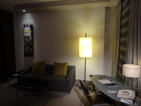 InterContinental Berlin: Sofa and the desk